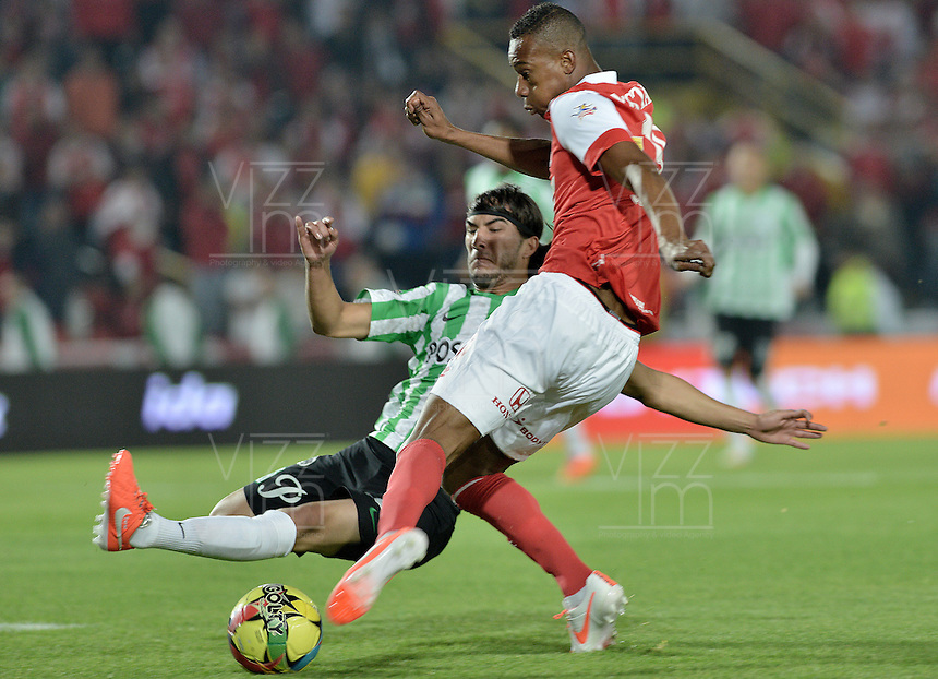 BOGOTÁ -COLOMBIA, 07-05-2014. Jonathan Copete (Der) de Independiente Santa Fe disputa el balón con Sebastian Perez (Izq) del Atlético Nacional durante partido de ida por las semifinales de la Liga Postobón  I 2014 jugado en el estadio Nemesio Camacho el Campín de la ciudad de Bogotá./ Independiente Santa Fe player Jonathan Copete (R) fights for the ball with Atletico Nacional player Sebastian Perez (L) during first leg match for the semifinals of the Postobon League I 2014 played at Nemesio Camacho El Campin stadium in Bogotá city. Photo: VizzorImage/ Gabriel Aponte / Staff