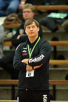 Trainer Aleksandar Knezevic (FAG) schaut angspannt auf die Anzeigetafel