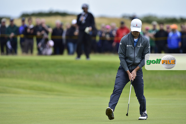 Zach JOHNSON (USA) sinks his birdie putt on the 6th green during Friday's Round 2 of the 144th Open Championship, St Andrews Old Course, St Andrews, Fife, Scotland. 17/07/2015.<br /> Picture Eoin Clarke, www.golffile.ie