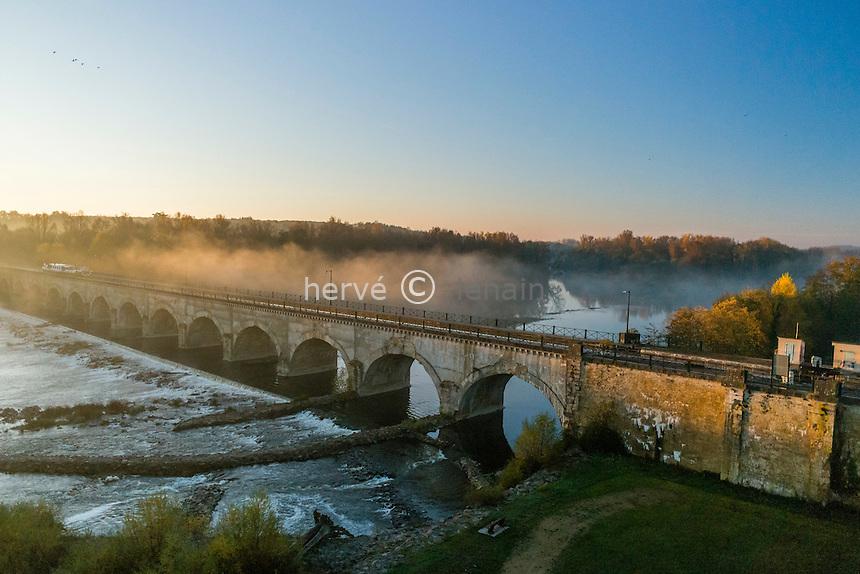 France, Cher (18), Cuffy, Le Guétin, pont canal de Guétin du canal latéral à la Loire, au dessus de l'Allier (vue aérienne) // France, Cher, Cuffy, Le Guetin, Guetin Canal Bridge, above Allier (aerial view)