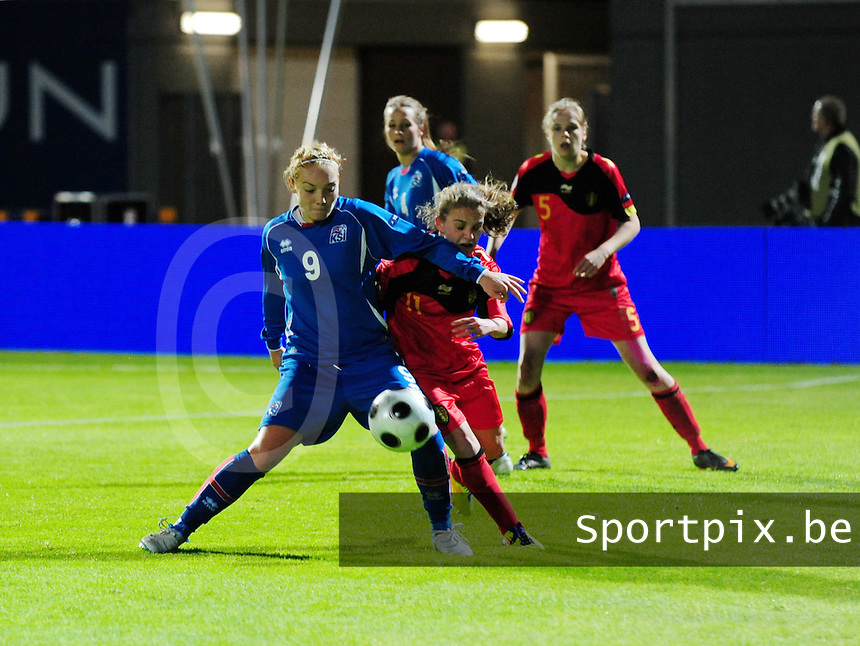 Iceland : UEFA Women's Euro Qualifying group stage (Group 3) - 21/09/2011 - 21:30CET (19:30 local time) - Laugardalsvöllur - Reykjavik : ICELAND (ijsland) - BELGIUM ( Belgie) : Davina Philtjens in duel met Margret Vidarsdottir.foto DAVID CATRY / Vrouwenteam.be