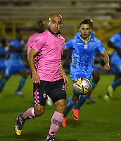 TUNJA - COLOMBIA -18 -07-2016: Edwards Jimenez (Izq.) jugador de Boyaca Chico FC disputa el balón con Cesar Carrillo (Der.) jugador de Jaguares FC, durante partido Boyaca Chico FC y Jaguares FC, de la fecha 4 de la Liga Aguila II-2016, jugado en el estadio La Independencia de la ciudad de Tunja. / Edwards Jimenez (L) player of Boyaca Chico FC vies for the ball with Cesar Carrillo (R) jugador of Jaguares FC, during a match Boyaca Chico FC and Jaguares FC, for the date 4 of the Liga Aguila II-2016 at the La Independencia  stadium in Tunja city, Photo: VizzorImage  / Cesar Melgarejo / Cont.