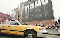 Taxis Broadway Ecke East Houston Street.<br /> Als Wandgemaelde Werbung der Modemacherin Donna Karan, DKNY.<br /> New York City, 28.12.1998<br /> Copyright: Christian-Ditsch.de<br /> [Inhaltsveraendernde Manipulation des Fotos nur nach ausdruecklicher Genehmigung des Fotografen. Vereinbarungen ueber Abtretung von Persoenlichkeitsrechten/Model Release der abgebildeten Person/Personen liegen nicht vor. NO MODEL RELEASE! Don't publish without copyright Christian-Ditsch.de, Veroeffentlichung nur mit Fotografennennung, sowie gegen Honorar, MwSt. und Beleg. Konto:, I N G - D i B a, IBAN DE58500105175400192269, BIC INGDDEFFXXX, Kontakt: post@christian-ditsch.de]