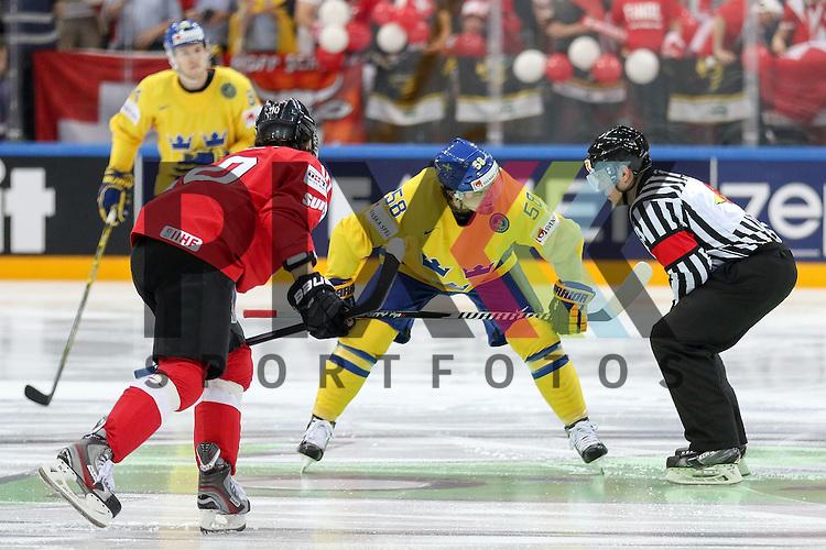 Schwedens Lander, Anton (Nr.58) beim Bully im Spiel IIHF WC15 Schweiz vs. Schweden.<br /> <br /> Foto &copy; P-I-X.org *** Foto ist honorarpflichtig! *** Auf Anfrage in hoeherer Qualitaet/Aufloesung. Belegexemplar erbeten. Veroeffentlichung ausschliesslich fuer journalistisch-publizistische Zwecke. For editorial use only.