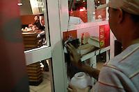 SAO PAULO, SP, 01.08.2013 MANIFESTAÇÃO AMARILDO / FORA ALCKEMIN - Funcionários do MCDonalds da Rua augusta, região do Jardins limpam pichações feitas por manifestantes durande o ato contra o governador Geraldo Alckemin e em apoio ao Rio de Janeiro com o desaparecimento do Pedreiro Amarildo na noite dessa quinta-feira (1)  (Foto: Marcelo Brammer / Brazil Photo Press)