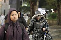 SAO PAULO, SP, 02/07/2013, FRIO. Manhã gelada nessa terça-feira (2) , na região central de São Paulo, pedestres usam roupas pesadas.  LUIZ GUARNIERI/ BRAZIL PHOTO PRESS