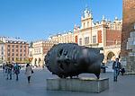 """Kraków (woj. małopolskie), 05.05.2016. Krakowski rynek, rzeźba artysty, Igora Mitoraja pt. """"Eros bendato"""""""