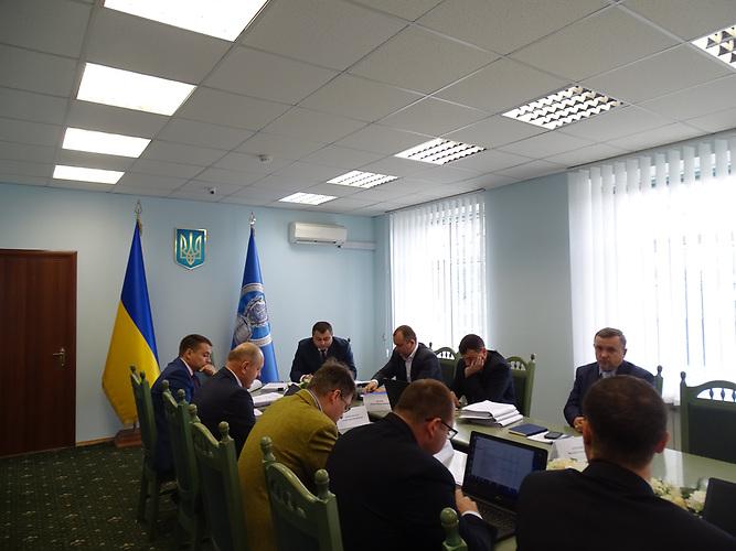 Die interne Kommission, vor der sich Serhij Horbatiuk verantworten muss. Er ist Leiter einer Sonderabteilung der ukrainischen Justiz, die sich mit der kritischen Aufarbeitung der Gewalttaten während des Maidans beschäftigt.