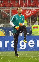 Torwart Manuel Neuer (Deutschland Germany) wärmt sich im Hagel von Klagenfurt auf - 02.06.2018: Österreich vs. Deutschland, Wörthersee Stadion in Klagenfurt am Wörthersee, Freundschaftsspiel WM-Vorbereitung