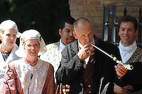 ALGEMEEN: JOURE: Park Heremastate, 25-07-2012, 58e Boerebrulloft Joure, Bruidspaar Tiwina Oostenveld en Johannes Bakker met de huwelijkspijp, ©foto Martin de Jong