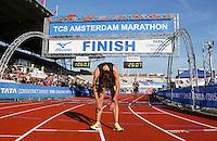 Nederland Amsterdam 2016. De Marathon van Amsterdam. Finish in het Olympisch Stadion. 8 km run. Uitgeput na de finish. Foto Berlinda van Dam / Hollandse Hooogte.