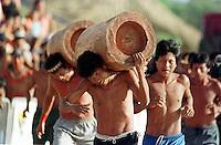 ÕNDIOS KRAH' PARTICIPAM DA CORRIDA DE TORAS CARREGANDO UM TRONCO DE ¡RVORE COM CERCA DE 90 KG DURANTE O 5 JOGOS DOS POVOS INDÕGENAS.  V¡RIOS MEMBROS DA TRIBO PARTICIPARAM TORCENDO POR SEUS ATLETAS. OS JOGOS CONTARAM COM A PARTICIPA«√O DE  68 ETNIAS E CERCA DE 1100 ÕNDIOS.<br /> O EVENTO ACONTECEU DE 14 A 21 DE SETEMBRO NA PRAIA DO CRISPIM MINICÕPIO DE MARAPANIM  NO  LITORAL DO PAR¡, BRASIL.<br /> DURANTE A SUA REALIZA«√O ACONTECERAM COMPETI«'ES DE ARCO E FLEXA, CORRIDA DE TORAS E LUTAS CORPORAIS ENTRE OUTRAS MODALIDADES E CLARO O FUTEBOL.<br /> ©FOTO: PAULO SANTOS/INTERFOTO<br /> 18/09/2002