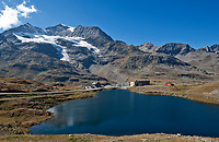 Schweiz, Graubuenden, Der Berninapass (Passo del Bernina) mit Ospizio Bernina und Lagh da la Cruseta | Switzerland, Graubuenden, Bernina Passroad (Passo del Bernina) with hotel Ospizio Bernina and lake Lagh da la Cruseta