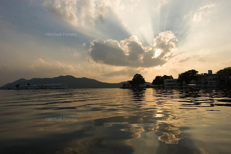 26.11.2010 Udaipur (Rajasthan)<br /> <br /> Sunset in the lake.<br /> <br /> Coucher de soleil sur le lac.