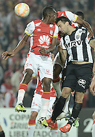 BOGOTÁ-COLOMBIA-18-03-2015: Lucas Pratto (Izq)  jugador de Mineiro cabecea para marcar gol durante el encuentro entre Independiente Santa Fe de Colombia y Atletico Mineiro de Brasil por la segunda fase grupo 1, de la Copa Bridgestone Libertadores en el estadio Nemesio Camacho El Campin, de la ciudad de Bogota. / Lucas Pretto (L)player of Mineiro header to score a goal during the marcha between Independiente Santa Fe and Atletico Mineiro of Brasil in for the second phase, group 1, of the Copa Bridgestone Libertadores in the Nemesio Camacho El Campin in Bogota city.  Photo: VizzorImage/ Gabriel Aponte /Staff