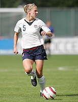 10 July 2005:  Lindsay Tarpley of USA in action against Ukraine at Merlo Field at University of Portland in Portland, Oregon.    USA defeated Ukraine, 7-0.   Credit: Michael Pimentel / ISI