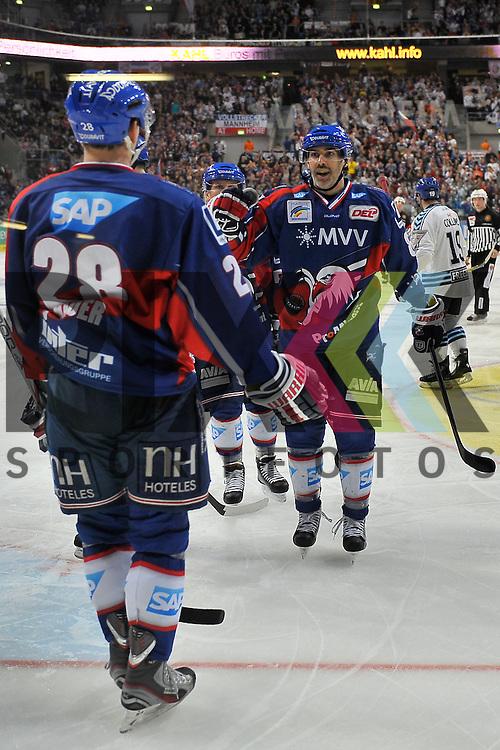 Mannheim 18.11.12, DEL, Adler Mannheim - Hamburg Freezers, Torjubel von Mannheims Frank Mauer (Nr.28) und dem Torschuetzen Mannheims Yanick Lehoux (Nr.8) <br /> <br /> Foto &copy; Ice-Hockey-Picture-24 *** Foto ist honorarpflichtig! *** Auf Anfrage in hoeherer Qualitaet/Aufloesung. Belegexemplar erbeten. Veroeffentlichung ausschliesslich fuer journalistisch-publizistische Zwecke. For editorial use only.
