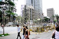 SÃO PAULO - 21.11.2014 - PREPARATIVOS/NATAL/PAULISTA - Operários começam a montar nesta sexta feira(21) estrutura para as festividades de final de ano na Avenida Paulista. (Foto: Aloisio Mauricio / Brazil Photo Press )