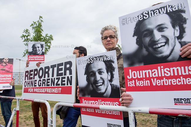 Der aegyptische Praesident Abdel Fattah al-Sisi kam am 3. und 4. Juni 2015 zu einem Staatsbesuch nach Berlin.<br /> Im Vorfeld gab es Proteste gegen diesen Besuch, da in Aegypten u.a. massenweise Todesurteile gegen Regierungsgegner verhaengt und missliebige Journalisten verhaftet werden. Bundestagspraesident Norbert Lammert sagte ein Treffen mit al Sisi ab. Bundespraesident Gauck hingegen empfing den Praesidenten mit militaerischen Ehren und Bundeskanzlerin Merkel lud ihn in das Bundeskanzleramt ein.<br /> Im Bild: Die Journalistenorganisation Reporter ohne Grenzen (ROG) protestiert in Sichtweite des Kanzleramt gegen den Besuch von al Sisi. Sie forderten ein Ende der Verfolgung von Medien und die Freilassung der inhaftierten Journalisten Abdullah al-Facharani, Samhi Mustafa und Mohamed al-Adli. Ihnen wird &quot;Stoerung des oeffentlichen Friedens&quot;, &quot;die Verbreitung von Chaos&quot; sowie &quot;Verbreitung falscher Nachrichten&quot; vorgeworfen. <br /> 3.6.2015, Berlin<br /> Copyright: Christian-Ditsch.de<br /> [Inhaltsveraendernde Manipulation des Fotos nur nach ausdruecklicher Genehmigung des Fotografen. Vereinbarungen ueber Abtretung von Persoenlichkeitsrechten/Model Release der abgebildeten Person/Personen liegen nicht vor. NO MODEL RELEASE! Nur fuer Redaktionelle Zwecke. Don't publish without copyright Christian-Ditsch.de, Veroeffentlichung nur mit Fotografennennung, sowie gegen Honorar, MwSt. und Beleg. Konto: I N G - D i B a, IBAN DE58500105175400192269, BIC INGDDEFFXXX, Kontakt: post@christian-ditsch.de<br /> Bei der Bearbeitung der Dateiinformationen darf die Urheberkennzeichnung in den EXIF- und  IPTC-Daten nicht entfernt werden, diese sind in digitalen Medien nach &sect;95c UrhG rechtlich geschuetzt. Der Urhebervermerk wird gemaess &sect;13 UrhG verlangt.]