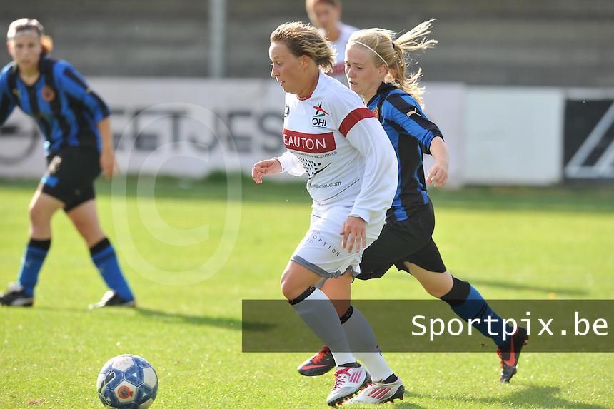 Club Brugge Dames - OHL Oud Heverlee Leuven Dames : Charlotte Taelemans aan de bal voor Silke Demeyere.Foto David Catry / Vrouwenteam.be