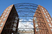 Nederland Amsterdam  2017. Hek bij het Barcelona gebouw op het KNSM-Eiland in Amsterdam. Het hek is ontworpen door Narcisse Tordoir. Foto Berlinda van Dam / Hollandse Hoogte