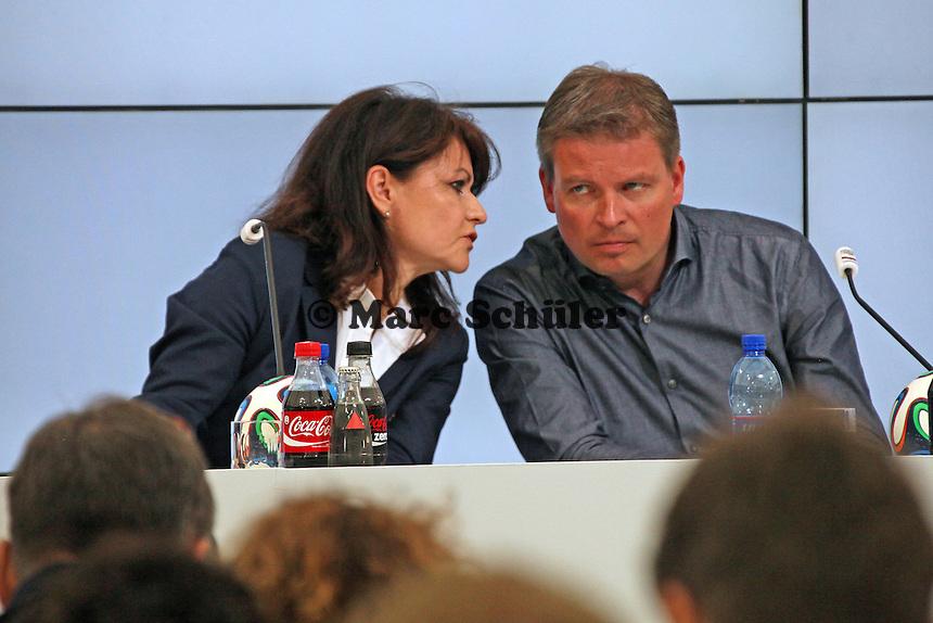 Claudia Merzbach (Mercedes), DFB-Pressesprecher Jens Grittner,- Pressekonferenz der Deutschen Nationalmannschaft  zum Unfall beim Mercedes Werbedreh im Rahmen der WM-Vorbereitung in St. Martin