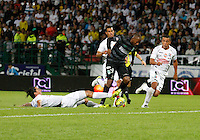 MANIZALES -COLOMBIA-22-03-2014. Carlos Giraldo (Izq) de Once Caldas disputa el balón con Juan David Valencia (Der) del Atletico Nacional en partido por la fecha 12 de la Liga Postobón I 2014 jugado en el estadio Palogrande de la ciudad de Manizales./ Once Caldas playerCarlos Giraldo (L) fights for the ball with Atletico Nacional player Juan David Valencia (R) during match valid for the 12th date of the Postobon League I 2014 played at Palogrande stadium in Manizales city.  Photo: VizzorImage/Santiago Osorio/STR