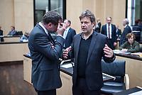 Sitzung des Bundesrat am Donnerstag den 3. November 2017.<br /> Der Berliner Buergermeister Michael Mueller ist turnusgemaess fuer die Dauer von 12 Monaten ab diesem Tag der Bundesratspraesident und somit auch der erste Stellvertreter des Bundespraesidenten.<br /> Im Bild vlnr.: Wolfgang Schmidt (SPD), Staatsrat der Hamburger Senatskanzlei, Bevollmaechtigter beim Bund, bei der Europaeischen Union und fuer auswaertige Angelegenheiten im Gespraech mit Robert Habeck (Buendnis 90/Die Gruenen), Umweltminister und stellv. Ministerpraesident in Schleswig Holstein.<br /> 3.11.2017, Berlin<br /> Copyright: Christian-Ditsch.de<br /> [Inhaltsveraendernde Manipulation des Fotos nur nach ausdruecklicher Genehmigung des Fotografen. Vereinbarungen ueber Abtretung von Persoenlichkeitsrechten/Model Release der abgebildeten Person/Personen liegen nicht vor. NO MODEL RELEASE! Nur fuer Redaktionelle Zwecke. Don't publish without copyright Christian-Ditsch.de, Veroeffentlichung nur mit Fotografennennung, sowie gegen Honorar, MwSt. und Beleg. Konto: I N G - D i B a, IBAN DE58500105175400192269, BIC INGDDEFFXXX, Kontakt: post@christian-ditsch.de<br /> Bei der Bearbeitung der Dateiinformationen darf die Urheberkennzeichnung in den EXIF- und  IPTC-Daten nicht entfernt werden, diese sind in digitalen Medien nach §95c UrhG rechtlich geschuetzt. Der Urhebervermerk wird gemaess §13 UrhG verlangt.]