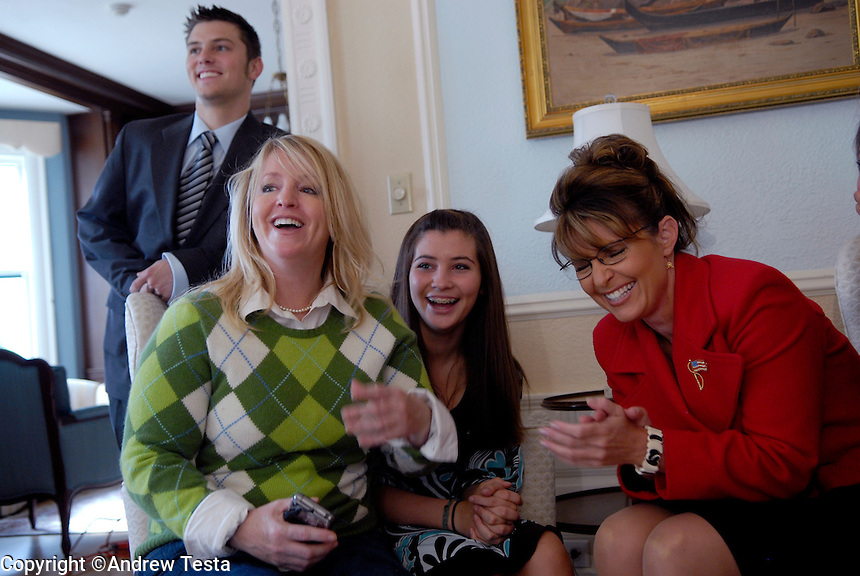 USA. Juneau.13th September 2007.Left to right: Track Palin, Molly, the Governor's sister, with her son Heath, Willow Palin andSarah Palin (Governor)  The Governor shares a joke with her family at they wait for official portraits to be taken at the Governor's mansion in Juneau..©Andrew Testa/Panos