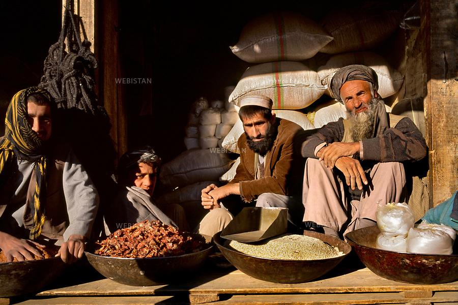 Afghanistan. Badakhshan Province. Panjshir Valley. Bazarak. 2000. Spices stall at the market. <br /> <br /> Afghanistan. Province du Badakhshan. Vall&eacute;e du Panjshir. Bazarak. 2000. Etal d'&eacute;pices au march&eacute;.