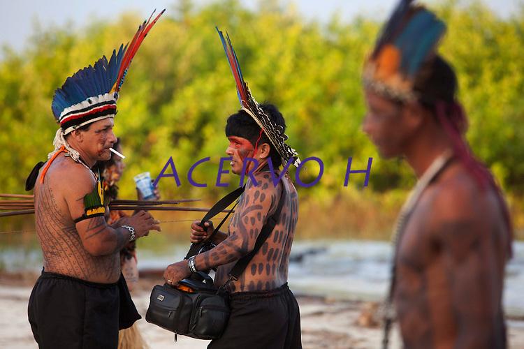 IV Jogos Tradicionais Indígenas do Pará<br /> <br /> Waiwai conversa durante entervalo.<br /> <br /> Quinza etnias participam dos  IX Jogos Indígenas, iniciados neste na íntima sexta feira. Aikewara (de São Domingos do Capim), Araweté (de Altamira), Assurini do Tocantins (de Tucuruí), Assurini do Xingu (de Altamira), Gavião Kiykatejê (de Bom Jesus do Tocantins), Gavião Parkatejê (de Bom Jesus do Tocantins), Guarani (de Jacundá), Kayapó (de Tucumã), Munduruku (de Jacareacanga), Parakanã (de Altamira), Tembé (de Paragominas), Xikrin (de Ourilândia do Norte), Wai Wai (de Oriximiná). Participam ainda as etnias convidadas - Pataxó (da Bahia) e Xerente (do Tocantins). <br /> <br /> <br /> Mais de 3 mil pessoas lotaram as arquibancadas da arena de competição.<br /> Praia de Marudá, Marapanim, Pará, Brasil.<br /> Foto Paulo Santos<br /> 06/09/2014