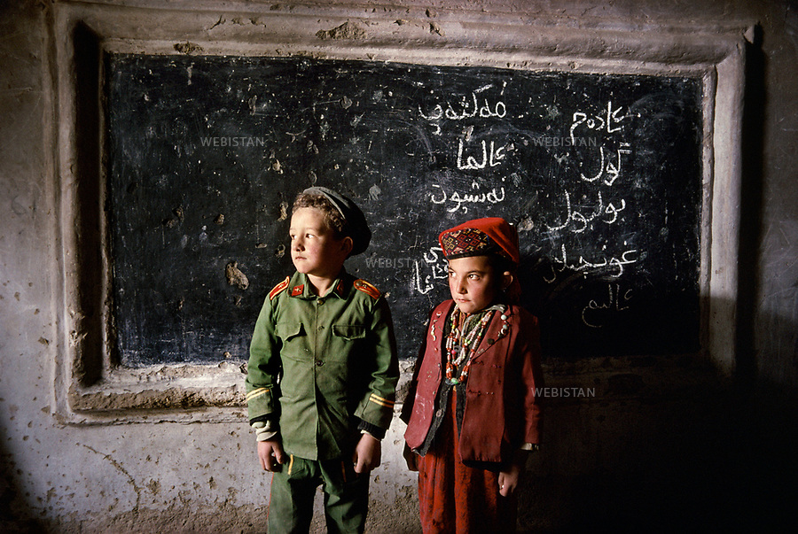 1995. Portrait of two Tajik schoolchildren in front of the blackboard in a classroom in Gurtuchlugh. Portrait de deux écoliers tadjiks devant le tableau dans une salle de classe à Gourtouchlough.