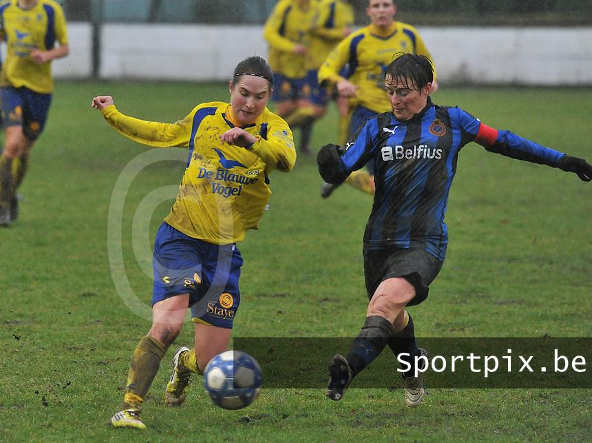 Club Brugge - STVV : duel tussen Kristien Elsen en Christine Saelens.foto Joke Vuylsteke / Vrouwenteam.be