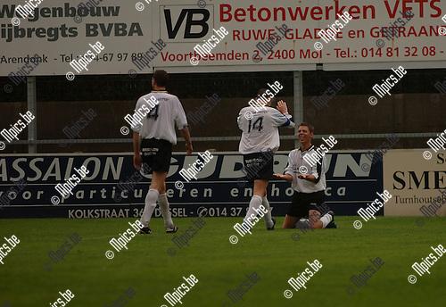 Witgoor - Wuustwezel: Kristof Meeuwssen (r) scoorde de 2-0. Jef Claes (14) feliciteert hem.