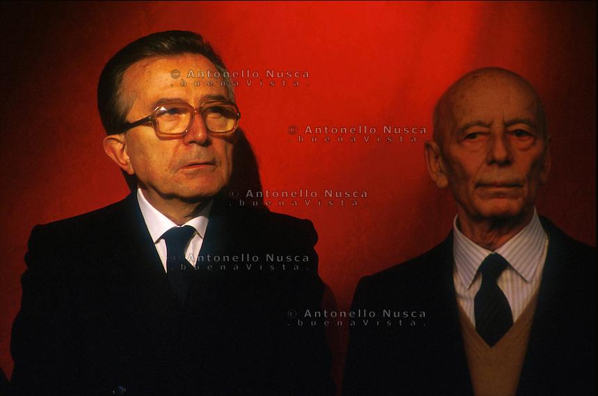 Giulio Andreotti in una vecchia foto con Giancarlo Pajetta esponente di spicco dell'allora Partito Comunista Italiano. Per sette volte ha ricoperto la carica di Presidente del Consiglio dei Ministri e dal 1991 era Senatore a vita. E' morto a Roma all'età di 94 anni.