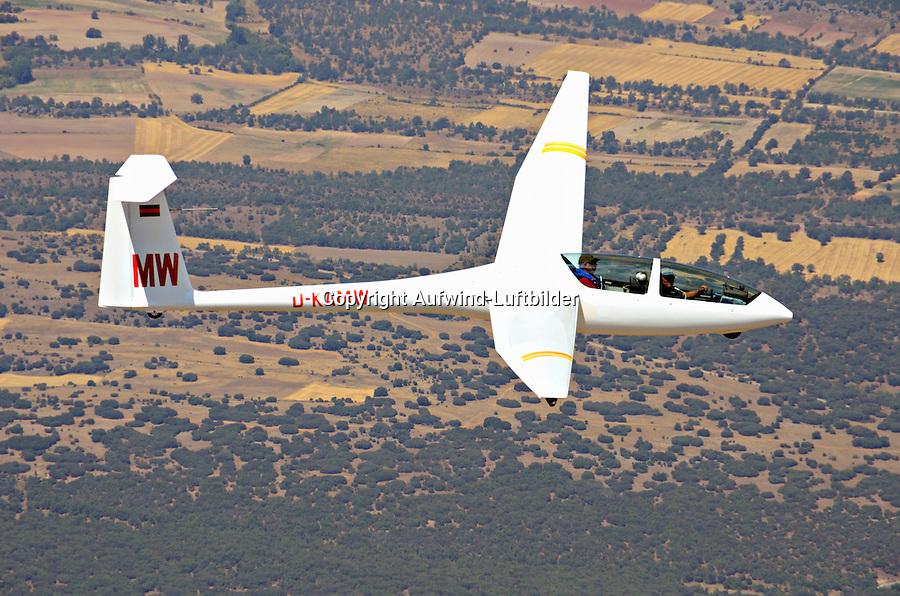 DG500: EUROPA, SPANIEN, (EUROPE, SPAIN), 04.08.2011: DG 500, Doppelsitzer, Segelflugzeug, Motorsegler, Eigenstarter, Glasfaser, Europa, Spanien,  fliegen, fliegend, fliegende, fliegendes, Segelflieger, Flieger, Flug, Segelflug, Modelle, Segelflugzeug, Segelflugzeuge, Flugzeuge, Flugzeug, DG, 500,  Typ, Fluegel, Flugsport, Freizeit, Hobby, segelfliegen, GFK, KFK, CFK, Cockpit, Haube, Plexiglas, Aufwind-Luftbilder, Luftbild, Luftaufname, Luftansicht, Landschaft, Sierra, .c o p y r i g h t : A U F W I N D - L U F T B I L D E R . de.G e r t r u d - B a e u m e r - S t i e g 1 0 2, .2 1 0 3 5 H a m b u r g , G e r m a n y.P h o n e + 4 9 (0) 1 7 1 - 6 8 6 6 0 6 9 .E m a i l H w e i 1 @ a o l . c o m.w w w . a u f w i n d - l u f t b i l d e r . d e.K o n t o : P o s t b a n k H a m b u r g .B l z : 2 0 0 1 0 0 2 0 .K o n t o : 5 8 3 6 5 7 2 0 9.C o p y r i g h t n u r f u e r j o u r n a l i s t i s c h Z w e c k e, keine P e r s o e n l i c h ke i t s r e c h t e v o r h a n d e n, V e r o e f f e n t l i c h u n g  n u r  m i t  H o n o r a r  n a c h M F M, N a m e n s n e n n u n g  u n d B e l e g e x e m p l a r !.