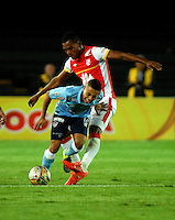 BOGOTA - COLOMBIA - 03-10-2015: Miguel Borja (Der.) jugador de Independiente Santa Fe disputa el balón con Vladimir Hernandez (Der.) jugador de Atletico Junior, durante partido por la fecha 15 entre Independiente Santa Fe y Atletico Junior, de la Liga Aguila II-2015, en el estadio Nemesio Camacho El Campin de la ciudad de Bogota. / Miguel Borja (R) player of Independiente Santa Fe struggles for the ball with Vladimir Hernandez (L) player of Atletico Junior, during a match of the 15 date between Independiente Santa Fe and Atletico Junior, for the Liga Aguila II -2015 at the Nemesio Camacho El Campin Stadium in Bogota city, Photo: VizzorImage / Luis Ramirez / Staff.