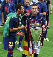 FUSSBALL  CHAMPIONS LEAGUE  FINALE  SAISON 2014/2015   Juventus Turin - FC Barcelona                 06.06.2015 Der FC Barcelona gewinnt die Champions League 2015: Adriano und Jordi Alba (v.l.) jubeln mit dem Pokal