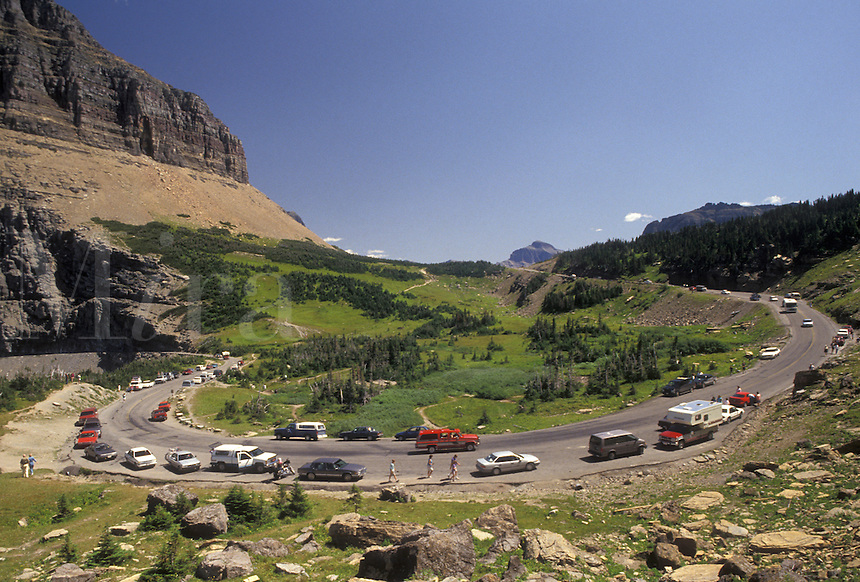 AJ3605, Glacier National Park, Montana, Rocky Mountains, road, Waterton-Glacier International Peace Park, Cars line the winding Going-to-the-Sun road through Glacier National Park in the state of Montana.