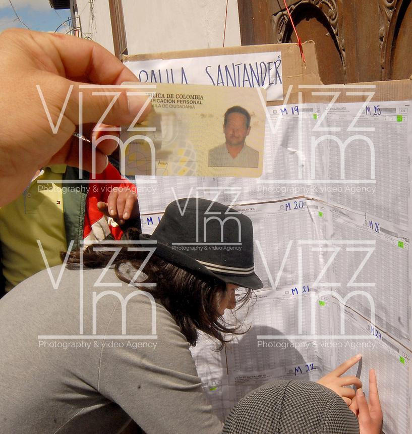 TUNJA -COLOMBIA. 25-05-2014. Colombianos buscan su mesa de votación en Tunja, Boyacá, durante la jornada de elecciones Presidenciales en en Colombia que se realizan hoy 25 de mayo de 2014 en todo el país./ Colombian people search their vote table in Tunja, Boyaca,  during the day of Presidential elections in Colombia that made today May 25, 2014 across the country. Photo: VizzorImage / Jose M Palencia /Str