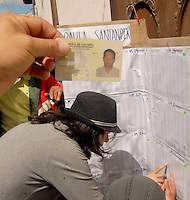TUNJA -COLOMBIA. 25-05-2014. Colombianos buscan su mesa de votación en Tunja, Boyacá, durante la jornada de elecciones Presidenciales en en Colombia que se realizan hoy 25 de mayo de 2014 en todo el país./ Colombian people search their vote table in Tunja, Boyaca,  during the day of Presidential elections in Colombia that made today May 25, 2014 across the country. Photo: VizzorImage / Jose M Palencia /Str