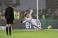 BOGOTA -COLOMBIA. 11-05-2014. Sebastian Viera guardameta del Atletico Junior en accion durante los penaltis contra  Millonarios   partido de vuelta por la Semifinal  de La liga Postobon  disputado en el estadio Nemesio Camacho El Campin. / Atletico Junior goalkeeper Sebastian Viera  in action for penalties against Millonarios second leg of the semifinals of the league Postobon played at Estadio Nemesio Camacho El Campin.. Photo: VizzorImage/ Felipe Caicedo / Staff