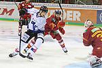 Straubings StefanLoibl (Nr.13)  und Duesseldorfs Alex Barta (Nr.29), den Puck hat aber Duesseldorfs Goalie Mathias Niederberger (Nr.35)  beim Spiel in der DEL, Duesseldorfer EG (rot) - Straubinger Tigers (weiss).<br /> <br /> Foto © PIX-Sportfotos *** Foto ist honorarpflichtig! *** Auf Anfrage in hoeherer Qualitaet/Aufloesung. Belegexemplar erbeten. Veroeffentlichung ausschliesslich fuer journalistisch-publizistische Zwecke. For editorial use only.