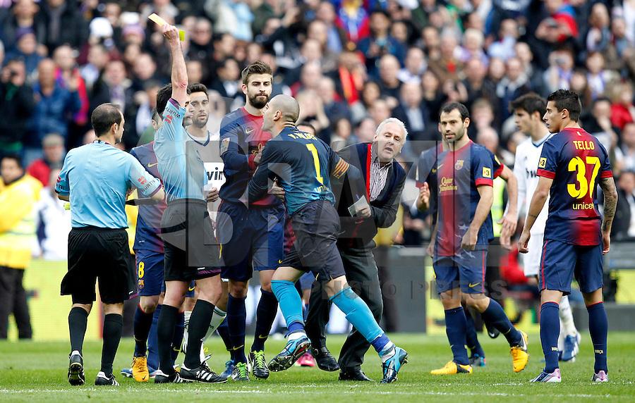 MADRI, ESPANHA, 02 MARÇO 2013 - CAMPEONATO ESPANHOL - REAL MADRID X BARCELONA - Victor Valdes (C) goleiro do do Barcelona em partida contra o Real Madrid em partida pela 26 rodada do Campeonato Espanhol, neste sabado, 02. (FOTO: ALEX CID-FUENTES / ALFAQUI / BRAZIL PHOTO PRESS).