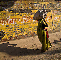 Woman carrying goods in the traditional way along a street in Agra.<br /> (Photo by Matt Considine - Images of Asia Collection)