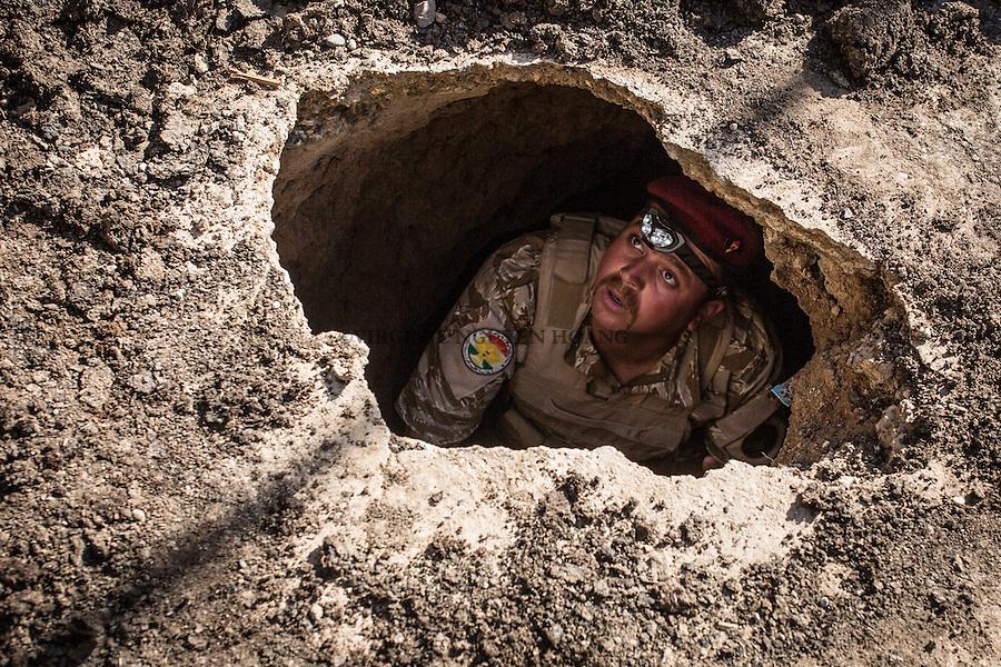 IRAK, Karqash; A peshmerga fighter is going inside a tunnel build by militant of Daesh in the town of Karqasha, the 6th December 2016. <br /> <br /> IRAK, Karqash; Un combattant peshmerga entre dans un tunnel construit par des militants de Daesh dans la ville de Karqasha, le 6 d&eacute;cembre 2016.