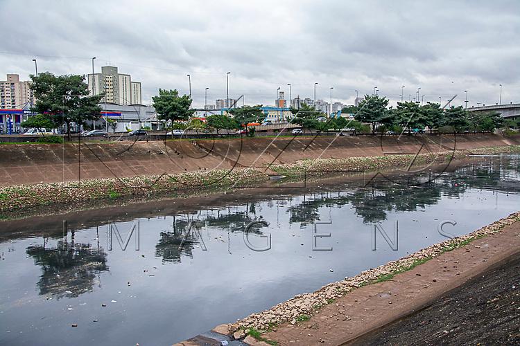 Poluição no rio Tietê, São Paulo - SP, 07/2016.