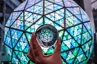 NOVA YORK, EUA, 30.12.2018 - REVEILLON-NOVA YORK - Teste de luz é realizado na bola de cristal da Times Square em New York nos Estados Unidos neste domingo, 30. (Photo: William Volcov/Brazil Photo Press)