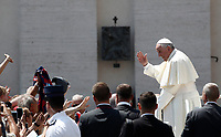 Papa Francesco saluta i fedeli al termine dell'udienza generale del mercoledi' in Piazza San Pietro, Citta' del Vaticano, 14 giugno, 2017.<br /> Pope Francis waves to faithful as he leaves at the end of his weekly general audience in St. Peter's Square at the Vatican, on June 14, 2017.<br /> UPDATE IMAGES PRESS/Isabella Bonotto<br /> STRICTLY ONLY FOR EDITORIAL USE