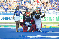 BELO HORIZONTE, MG, 13.04.2014 – CAMPEONATO MINEIRO 2014 – CRUZEIRO X ATLÉTICO-MG Mascote e musa do Cruzeiro durante jogo contra Atlético-MG valido pela final do Campeonato Mineiro 2014, no estádio Mineirão, na tarde deste domingo (13) (Foto: MARCOS FIALHO / BRAZIL PHOTO PRESS)